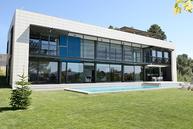 zania design caldes malavella pga chalet vista frontal con jardin y piscina
