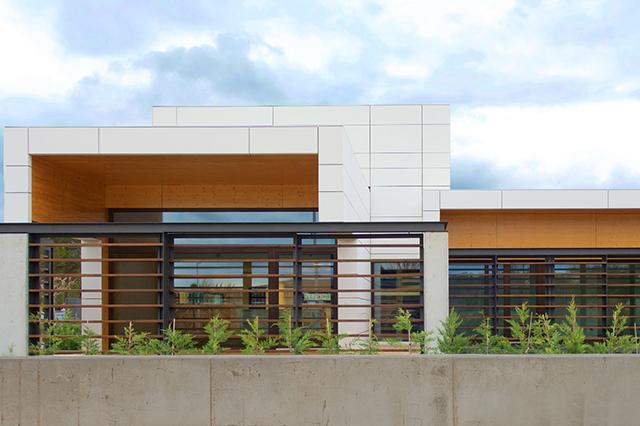 zania design caldes gironella pga chalet vista frontal con jardin y piscina
